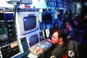 De RC 135 verkenningsvliegtuigen zitten tjokvol apparatuur (foto: US Air Force, mei 2000).