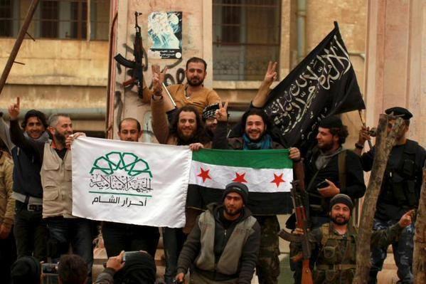 Drie Syrische rebellengroepen netjes bij elkaar. Links Ahrar al Sham, waartoe onze Molenbeekse sjeik Bassam Ayachi behoort, het Vrij Syrische leger, waarvan Didier Reynders stelt dat hij die steunt, en rechts Jabhat al Nusra, de Syrische tak van al Qaeda. En dan beweert onze regering dat ze strijd tegen de terreur. Leugenaars!!